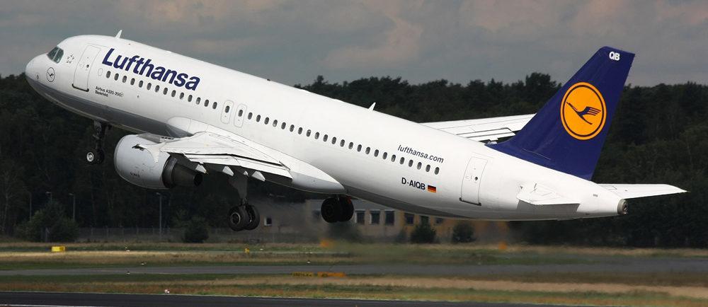 В парижском аэропорту лайнер Lufthansa выкатился за границы полосы